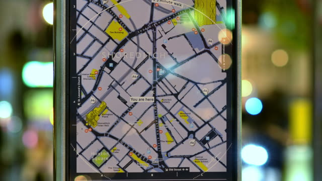 stockvideo's en b-roll-footage met cu zi t/l shot of street furniture of map of shoreditch with defocuse busy street traffic and people / london, greater london, united kingdom - greater london