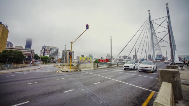 vídeos de stock e filmes b-roll de ms t/l shot of street scene of nelson mandela bridge of morning traffic with mist / johannesburg, gauteng, south africa  - joanesburgo