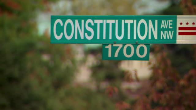 vídeos y material grabado en eventos de stock de cu shot of street sign for 1700 block of constitution avenue / washington, district of columbia, united states - señal de nombre de calle