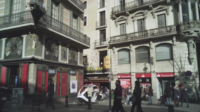 vídeos de stock e filmes b-roll de ms pan tu shot of street to modernist faã§ade / barcelona, catalunya, spain - destino de viagem
