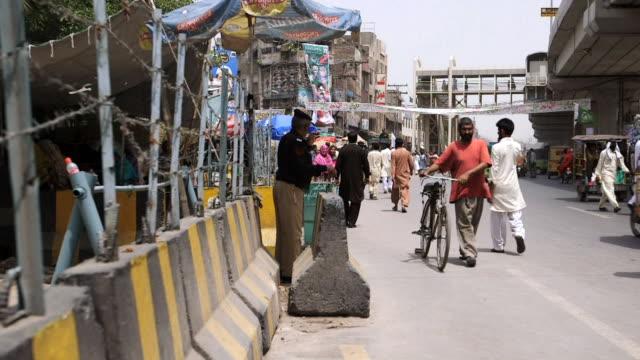 ms shot of streets in city / old city of lahore punjab pakistan - punjab pakistan bildbanksvideor och videomaterial från bakom kulisserna