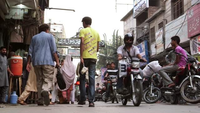 shot of streets of old lahore / old city of lahore punjab pakistan - punjab pakistan bildbanksvideor och videomaterial från bakom kulisserna