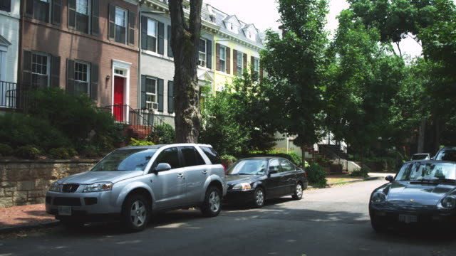 vidéos et rushes de ms shot of suburban street / washington, district of columbia, united states - stationary