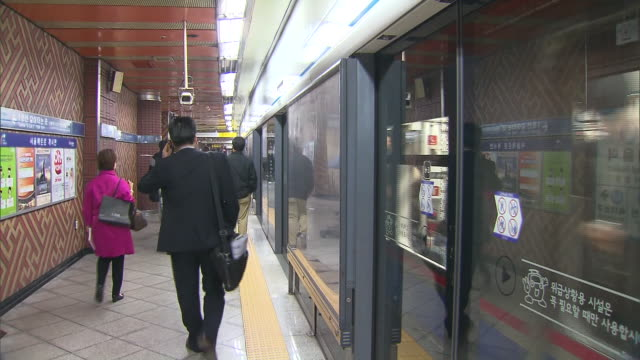 stockvideo's en b-roll-footage met shot of subway train platform and passengers at seoul station - metro platform