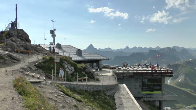 vídeos de stock, filmes e b-roll de ms shot of summit of mount nebelhorn near  allgau alps / oberstdorf, bavaria, germany - alpes bávaros