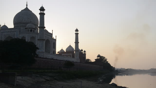 ms shot of sunrise at taj mahal, / agra, utter pradesh, india - taj mahal stock videos and b-roll footage