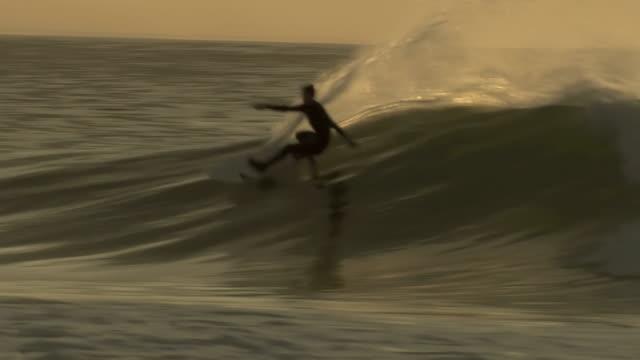 vídeos y material grabado en eventos de stock de ms ts shot of surfer surfing at sunset, port elizabeth / eastern cape, south africa - surf en longobard