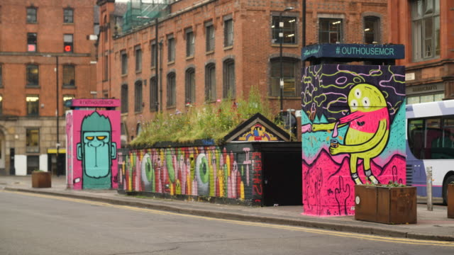 shot of surrealist street art in the northern quarter, manchester - kunst, kultur und unterhaltung stock-videos und b-roll-filmmaterial
