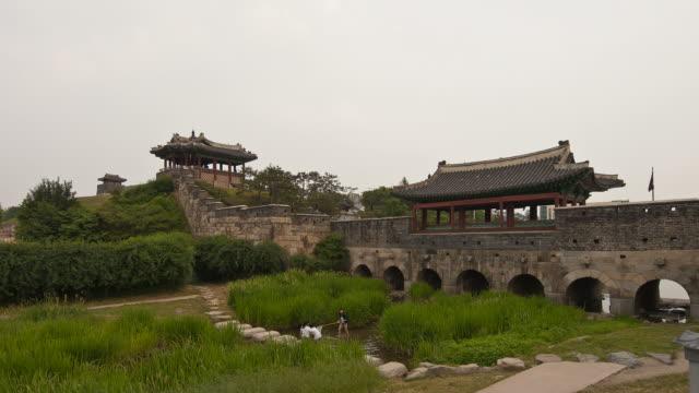 ms t/l shot of suwon hwasung castle / suwon, gyeonggido, south korea - 史跡めぐり点の映像素材/bロール