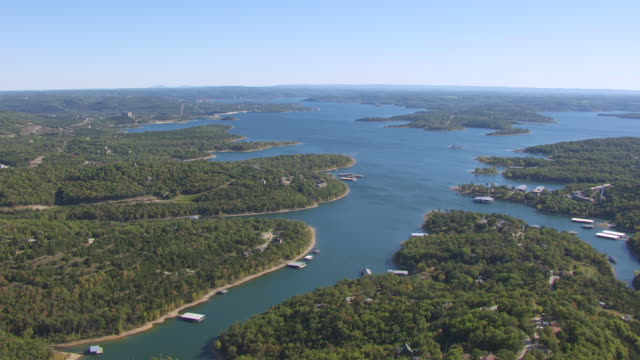 vídeos de stock e filmes b-roll de ws aerial shot of table rock lake / missouri, united states - missouri