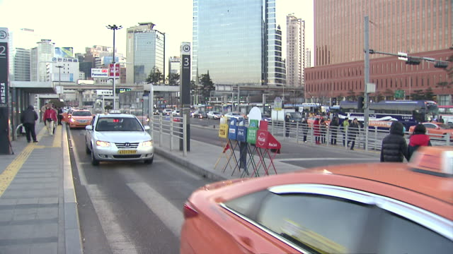 ms shot of taxi stand at seoul station / seoul, seoul, south korea - taxi stand stock videos and b-roll footage