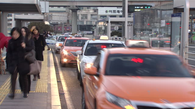 ms t/l shot of taxi stand in seoul station / seoul, seoul, south korea - taxi stand stock videos and b-roll footage