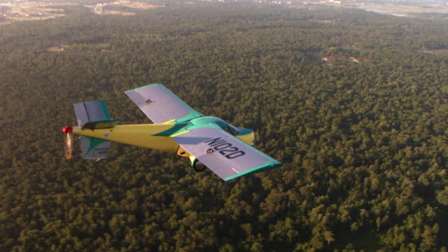 ws aerial shot of taylor aero car flying over forested area / kissimmee, florida, united states - flugzeug in der luft stock-videos und b-roll-filmmaterial