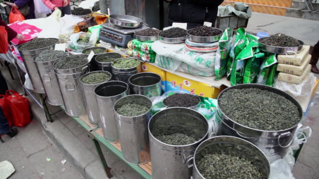 ms shot of tea for selling in street market / xi'an, shaanxi, china - tè raccolto video stock e b–roll