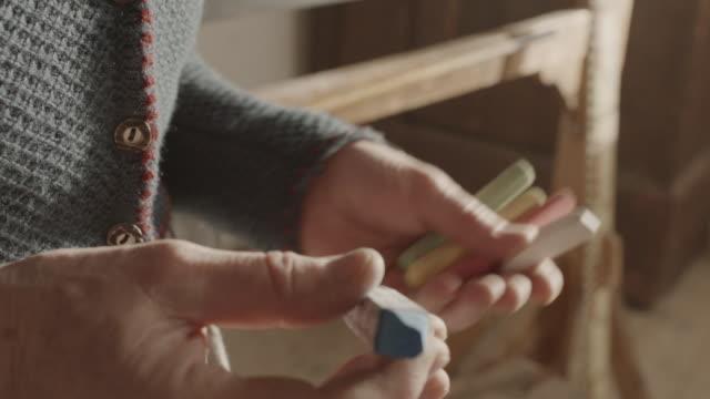 vídeos de stock e filmes b-roll de cu tu shot of teacher hands with crayons / grossweil, bavaria, germany  - professor