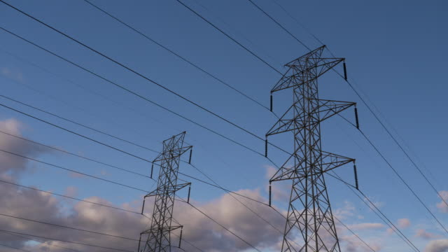 vidéos et rushes de ms t/l shot of telephone wire, clouds sped up against blue sky / morristown, new jersey, united states - haute tension