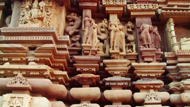 vídeos de stock e filmes b-roll de cu tu shot of temple in chhatarpur district / khajuraho, madhya pradesh, india - inclinação para cima