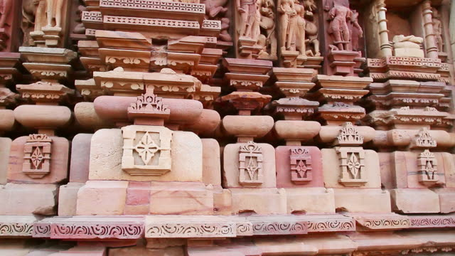 stockvideo's en b-roll-footage met ms tu shot of temple in chhatarpur district / khajuraho, madhya pradesh, india - vrouwelijke gestalte
