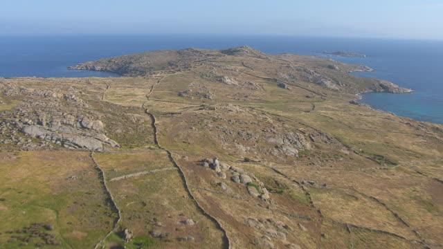 ms aerial shot of temple ruin of delos and coastline / delos, cyclades, greece - grekisk kultur bildbanksvideor och videomaterial från bakom kulisserna