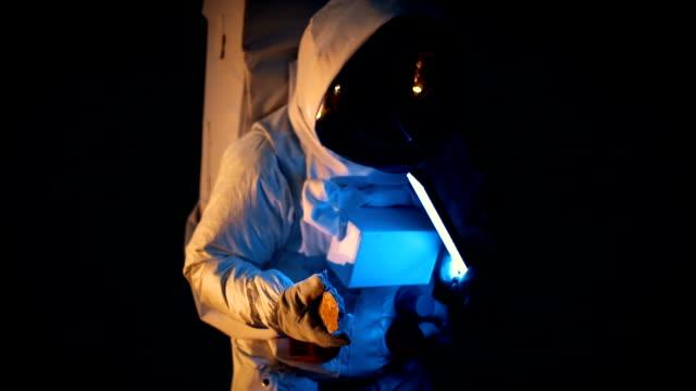 vídeos de stock, filmes e b-roll de tiro do astronauta vestindo traje espacial explorar marte / vermelho planeta. primeira missão tripulada a marte, o avanço tecnológico traz a exploração espacial, colonização - artigo de vestuário para cabeça