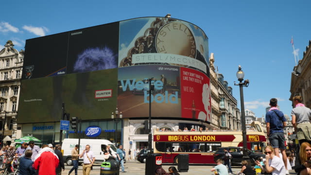 vídeos de stock, filmes e b-roll de shot of the electronic billboards at london's piccadilly circus - picadilly