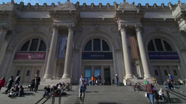 shot of the front of the metropolitan museum of art in new york city - metropolitan museum of art new york city stock videos & royalty-free footage