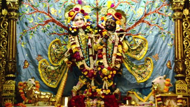 vídeos y material grabado en eventos de stock de ms shot of the idols of lord krishna and radha in iskcon temple, vrindavan / mathura, uttar pradesh, india - vrindavan