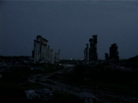 vidéos et rushes de shot of the roman great colonnade at the archaeological site of apamea at sunset. - byzantin