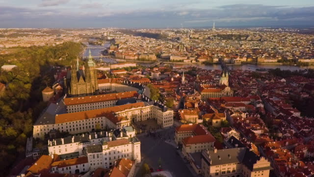 ws aerial shot of the st. vitus cathedral / prague, czech republic - フラッチャニ城点の映像素材/bロール