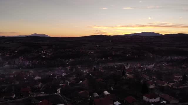 vídeos de stock, filmes e b-roll de uma foto dos subúrbios ao pôr do sol. subúrbio. vídeo 4k feito por um drone de cima ao pôr do sol em frente a um pequeno lugar tranquilo suburbano. - distrito residencial