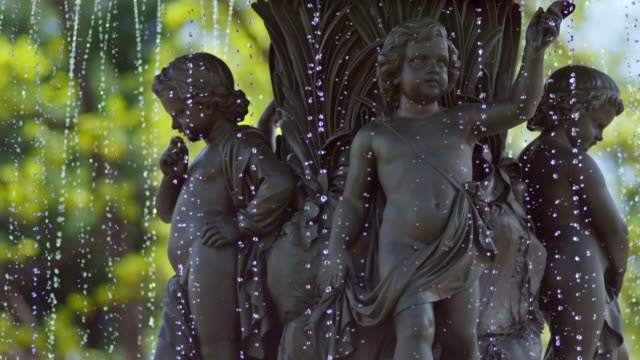 vídeos de stock e filmes b-roll de shot of the young angels on the bethesda fountain in central park, nyc. shot at extremely acute shutter angle to separate droplets - fonte bethesda