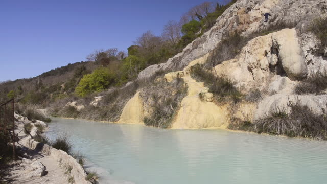 vidéos et rushes de ms shot of thermal pools of sulphurous water, hot spring bagno vignoni / san quirico d`orcia, tuscany, italy - piscine thermale