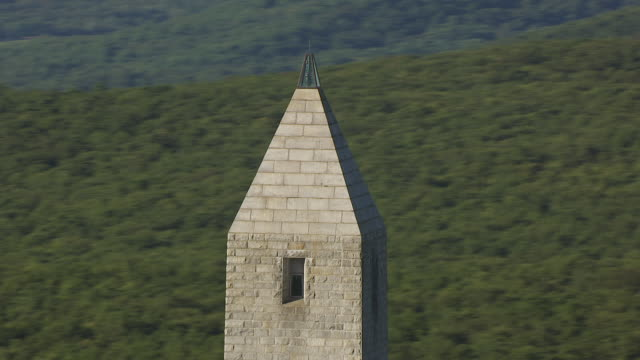 stockvideo's en b-roll-footage met cu aerial zo shot of top of high point monument at kittatinny mountains and surrounding area / new jersey, united states - obelisk