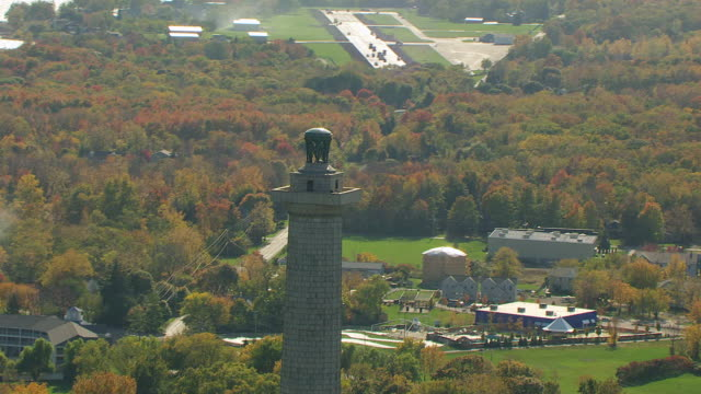 ms ds zi aerial shot of top of perry's victory and international peace memorial / ohio, united states - lago erie video stock e b–roll