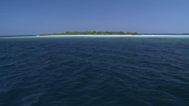 ms pov tu shot of topside island / hanifaru, baa atoll, maldives    - desert island stock videos & royalty-free footage