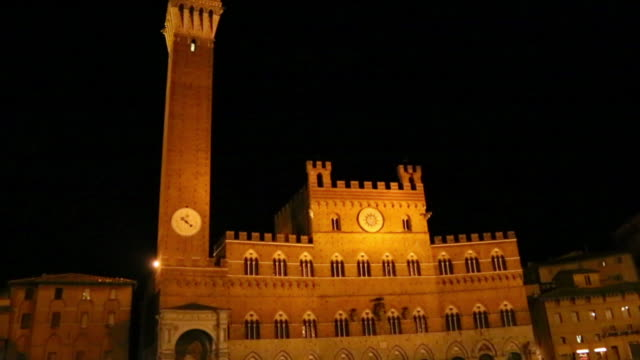 ms tu shot of torre del mangia at night, piazza del campo / siena, tuscany, italy - torre del mangia stock videos and b-roll footage