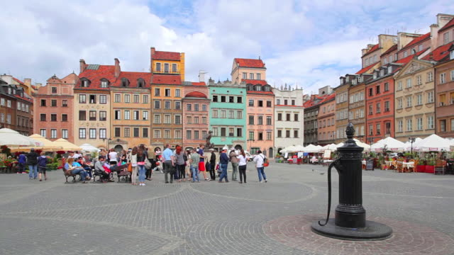 ws shot of tourist roaming at old town market place / warsaw, masovian voivodeship, poland - varsavia video stock e b–roll