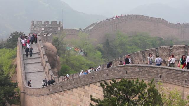 ws shot of tourists walking on great wall at badaling / beijing, china - badaling stock videos & royalty-free footage