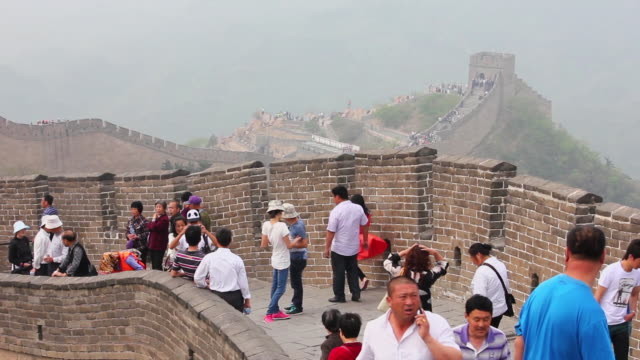 ms shot of tourists walking on great wall at badaling / beijing, china - badaling great wall stock videos & royalty-free footage
