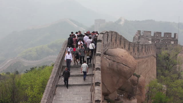 ms ha shot of tourists walking on great wall at badaling / beijing, china - badaling stock videos and b-roll footage