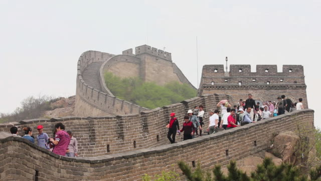 ws shot of tourists walking on great wall at badaling / beijing, china - badaling stock videos and b-roll footage