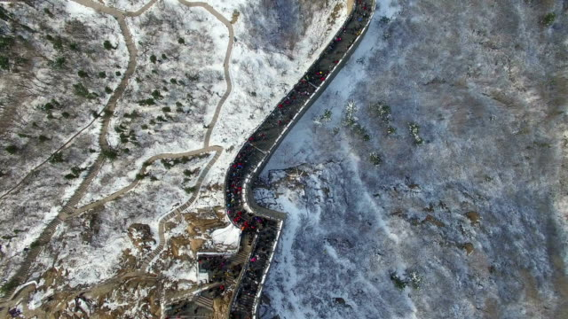 vidéos et rushes de ws aerial shot of tourists walking on great wall/beijing,china - grande muraille de chine