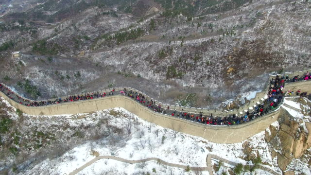 ws aerial shot of tourists walking on great wall/beijing,china - great wall of china stock videos & royalty-free footage