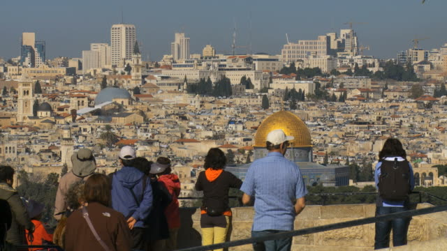 vídeos de stock, filmes e b-roll de ms shot of tourists watching old city with dome of rock / jerusalem, judea, israel - jerusalém