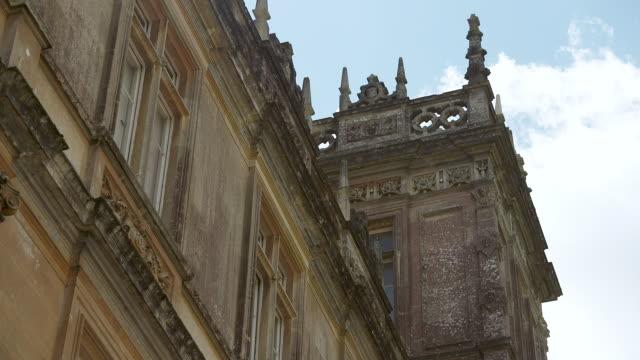 vídeos y material grabado en eventos de stock de ms la shot of tower exterior at highclere castle / hampshire, united kingdom - hampshire