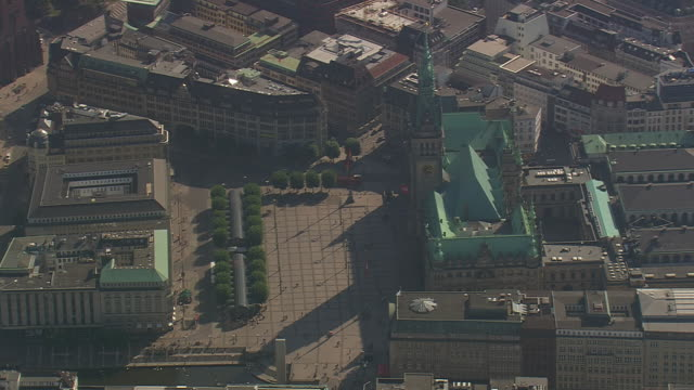 vidéos et rushes de ms aerial shot of tower of hamburg city hall / germany - mairie