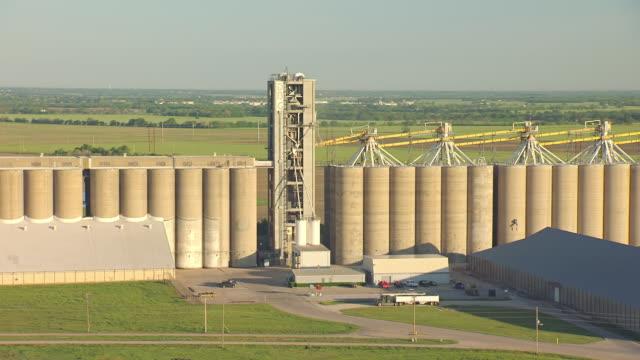 cu aerial zo shot of towers at debruce grain elevator in sedgwick county / wichita, kansas, united states - made in the usa kort fras bildbanksvideor och videomaterial från bakom kulisserna