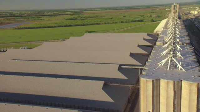 vídeos de stock e filmes b-roll de ms aerial shot of towers at debruce grain elevator in sedgwick county / wichita, kansas, united states - wichita