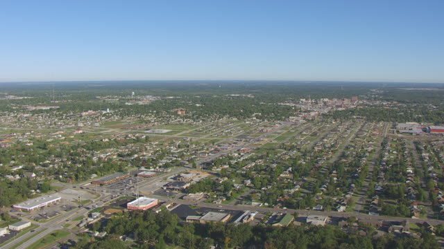 vídeos de stock e filmes b-roll de ws aerial shot of town buildings / joplin, missouri, united states - missouri