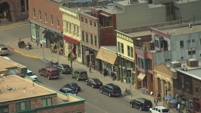 ms ds aerial shot of town, historic buildings with stores and main street with cars driving / telluride, colorado, united states - コロラド州点の映像素材/bロール